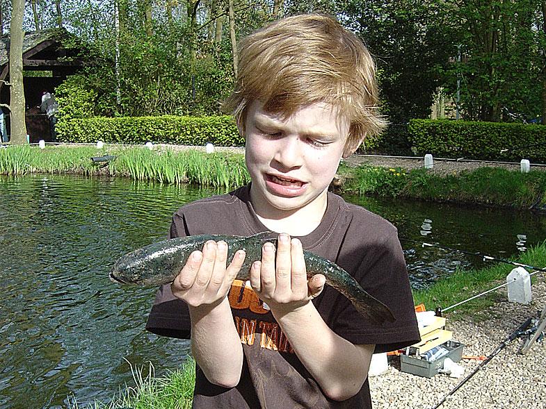 Coen,-Jasper,-Sander-&-Caroline-gaan-voor-de-eerste-keer-vissen10