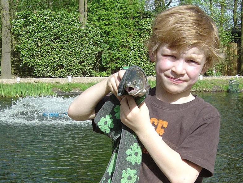 Coen,-Jasper,-Sander-&-Caroline-gaan-voor-de-eerste-keer-vissen6